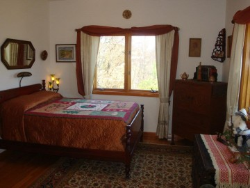 With a full bed and private bathroom in the Farmhouse